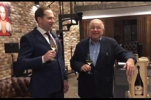 Петросян с бокалом шампанского весело отметил развод