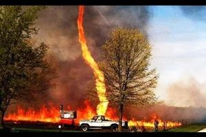 Торнадо утащил в небо шланг канадских пожарных. Забавное видео