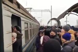 Hyperloop по-киевски: в час пик люди устроили давку в короткой электричке