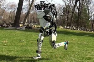 Boston Dynamics научила человекоподобного робота быстро бегать. Забавное видео