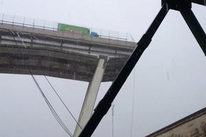 На севере Италии обрушился гигантский мост с автомобилями на нем. Жуткое видео