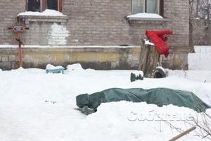 Гроб с телом неделю стоит во дворе жилого дома в Каменском