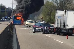Безумный водитель угнал и поджег автобус со школьниками