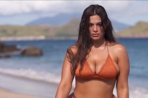 Магнетическая модель plus-size снялась в новой рекламе купальников для Sports Illustrated