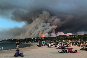 Франция продолжает гореть. Тысячи туристов и местных жителей эвакуируются