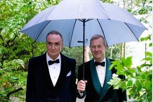 Перше гей-весілля у королівській родині: кузен Єлизавети II вийшов заміж за чоловіка