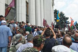 Нардепы оккупировали столовку в Раде и выходить к протестующим не хотят