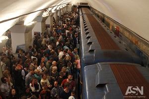 Люди задихалися і непритомніли: Червона гілка метро у Києві ледь не задушила декілька тисяч пасажирів