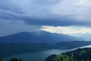 Взрыв «дождевой бомбы» над озером в Альпах попал на видео