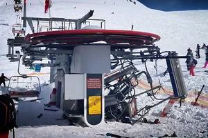 На горнолыжном курорте сломанный подъемник разбросал туристов. Жуткое видео