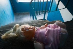 Полиция взломала двери квартиры, в которой родители закрыли двоих малышей