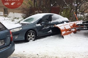Гололед и снегопады спровоцировали в Киеве сотни аварий