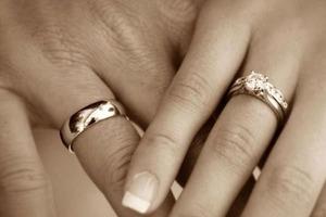 Почему обручальные кольца носят именно набезымянном пальце