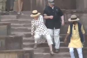 Хиллари Клинтон дважды упала на ступеньках в Индии и вывихнула руку