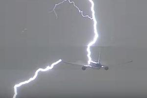 Молния ударила в летящий Boeing в Амстердаме