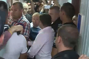 Дело Януковича: буйных адвокатов пришлось силой запихивать в зал суда