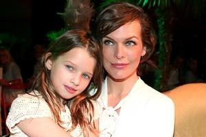 Мила Йовович показала дерзкую фотосессию со старшей дочерью