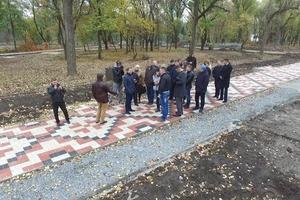 Бетонная вышиванка вместо реликтовых деревьев: в Кривом Роге уничтожают старинный парк