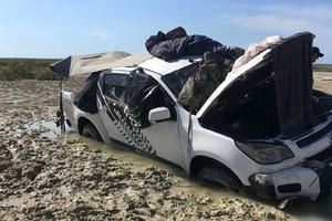 Четыре дня рыбаки сидели на крыше застрявшей машины, спасаясь от крокодилов