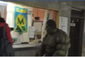 В киевском метро покатался настоящий Халк (видео)