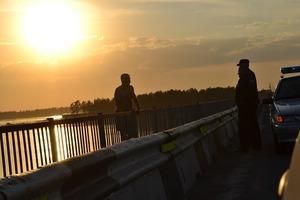 Патрульные Черновцов чудом поймали прыгнувшего с моста суицидника