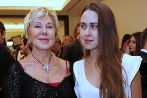 Беззубая дочь Любови Успенской отрастила еще и волосатые подмышки