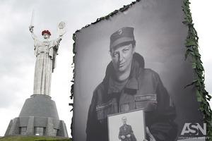 Памятники под аркой Дружбы народов, Щорсу и герб с Родины-матери демонтируют