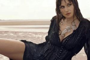 Соблазнительные фото: Летиция Каста снялась в сексуальной фотосессии на пляже