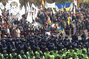 Активисты под стенами парламента установили несколько палаток