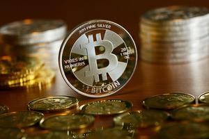 Стоимость криптовалюты Bitcoin обвалилась на 30%