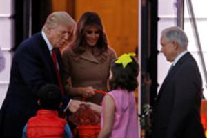 Трамп вытер руки об пиджак, после рукопожатия с детьми на Хэллоуин