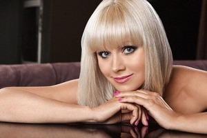 О боже, какой мужчина! 44-летняя певица Натали выставила напоказ бюст
