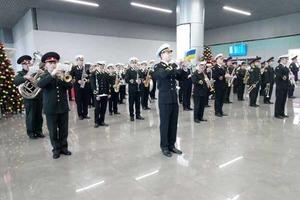 Военные оркестры играли в аэропортах Украины в честь «Киборгов»