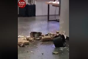 В центре Киева в популярном ТРЦ рухнул потолок (видео)