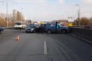 Сразу пять авто столкнулись в Киеве на проспекте Ватутина