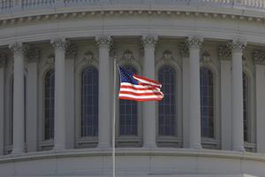 Старейший конгрессмен США уволился после обвинений в домогательствах
