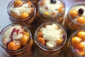 Несравненный десерт в баночке: сливы в желе без разведения желатина