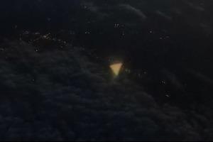 Из окна самолета в Техасе сняли треугольный НЛО