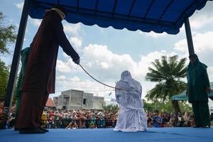 В Індонезії публічно відшмагали коханців