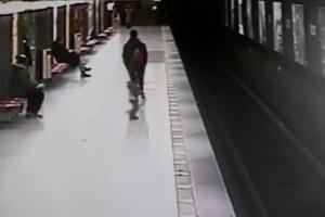 Супермены среди нас. Итальянец спас ребенка упавшего на рельсы в метро