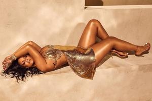 Рианна в золотом микроплатье показала грудь