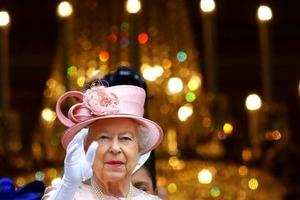 Посміхаємося і махаємо: у королеви Єлизавети знайшлася третя рука