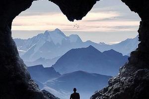Предложение под небесами. Фотограф ищет пару, которую сфотографировал на огромной скале