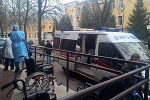 В киевский госпиталь прибыл борт с тяжелоранеными бойцами. Известный волонтер призывает на помощь