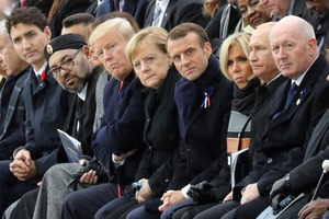 Трамп в Париже не пожал руку Порошенко. Появилось видео