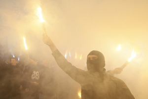 Поверни полонених, путінська суко! Радикали закидали камінням офіс Медведчука