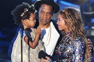 Жах в очах: дочка співачки Бейонсе і репера Jay-Z побачила концерт батьків