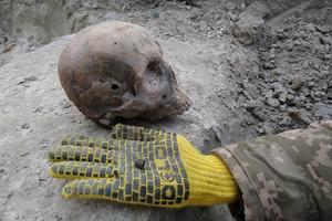 Закатали воинов в асфальт. Под Ровно археологи обнаружили жуткую находку