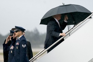 Трамп оконфузился, забыв про сына и жену под дождем