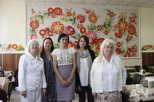 Художники украсили петриковской росписью пансионат для ветеранов